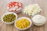 Салат с крабовыми палочками и горошком: рецепт