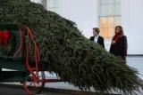 Белый дом готовится к праздникам: Melania Trump с сыном для того, чтобы заказать установку елки